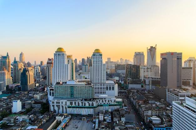 Cityscape van de de zonsondergangscène van de metropool van bangkok in thailand