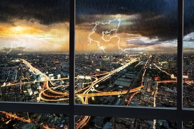 Cityscape van de nachtscène met regen