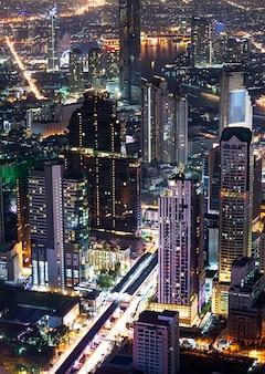 Cityscape van de nachtscène
