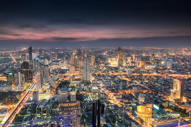 Cityscape van de overvolle bouw met licht verkeer bij de stad van bangkok