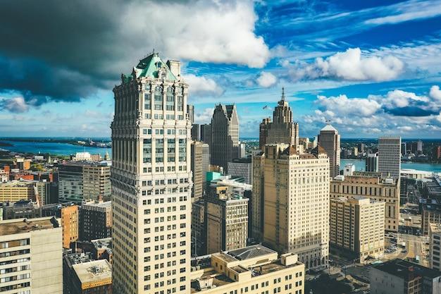 Cityscape van detroit onder het zonlicht en een donkere bewolkte hemel overdag