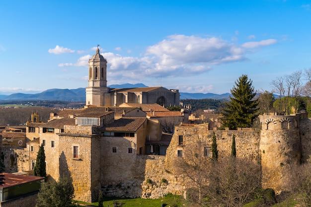 Cityscape van gerona-stad in catalonië spanje en klokketoren van santa maria-kathedraal