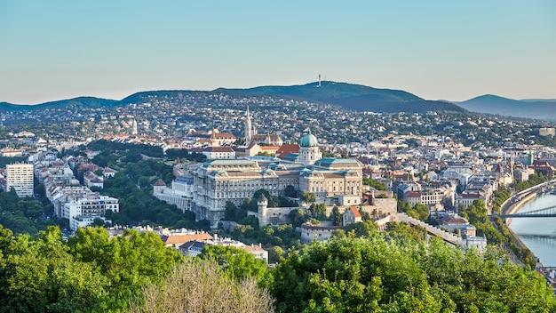 Cityscape van koninklijk paleis van boedapest stad