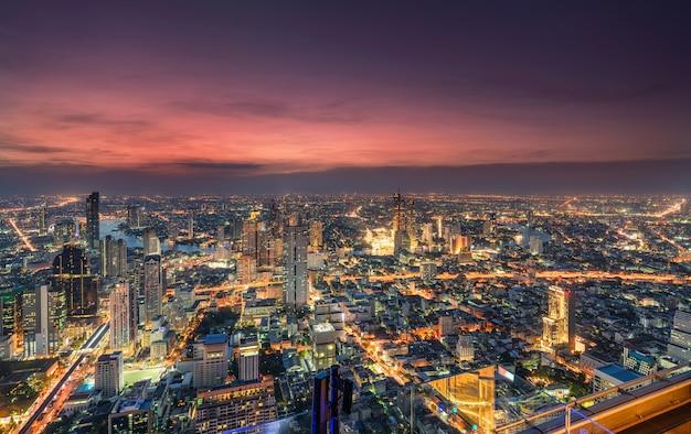 Cityscape van licht verkeer met wolkenkrabber en chao phraya-rivier bij de metropool van bangkok