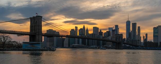 Cityscape van new york met de brug van brooklyn over de rivier van het oosten