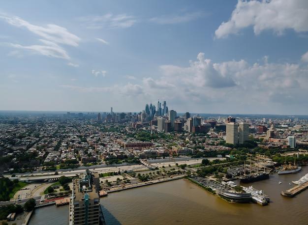 Cityscape van philadelphia wolkenkrabber skylines bouwen langs de rivier in het centrum van philadelphia in pa usa.