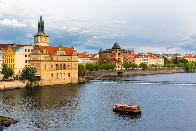 Cityscape van praag, mening over toren en rivier, tsjechische republiek. europese stad met oude architectuurgebouwen, beroemde plek voor reizen en toerisme
