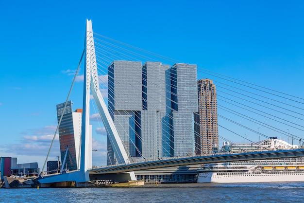 Cityscape van rotterdam met erasmus brug en schip, nederland
