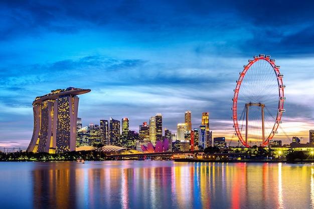 Cityscape van singapore bij schemering.