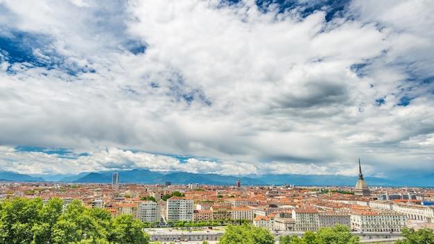 Cityscape van turijn, italië, de horizon van turijn, de mol antonelliana torenhoog over de gebouwen