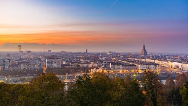 Cityscape van turijn turijn, italië in de schemering met kleurrijke humeurige hemel