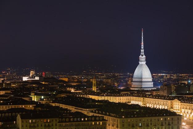 Cityscape van turijn (turijn, italië) 's nachts met sterrenhemel