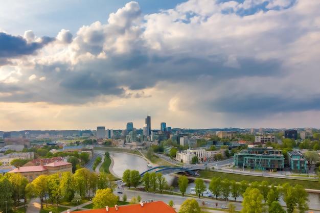 Cityscape van vilnius, litouwen. uitzicht vanaf de gediminastoren.