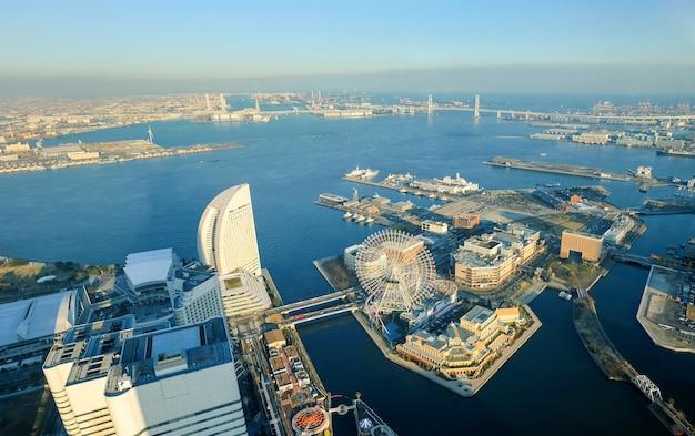 Cityscape van yokohama bij het waterkantdistrict van minato mirai in luchtmening