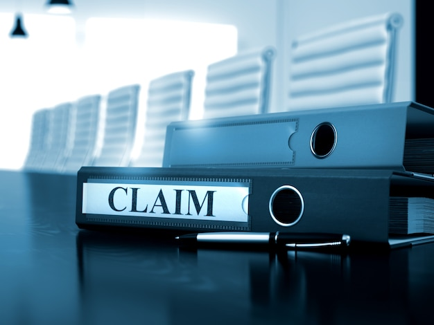 Claim - bedrijfsconcept. office binder met inscriptie claim op houten werkdesktop.