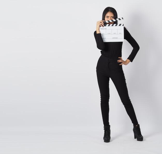 Clapper board of film clapperboard in de hand van een aziatische vrouw. het wordt gebruikt in videoproductie