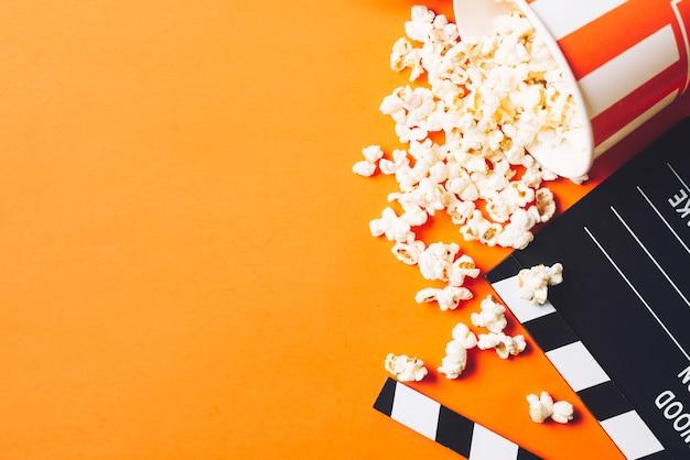 Clapperboard dichtbij smakelijke popcorn