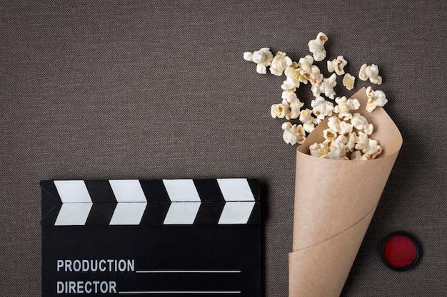 Clapperboard en pakket met popcorn