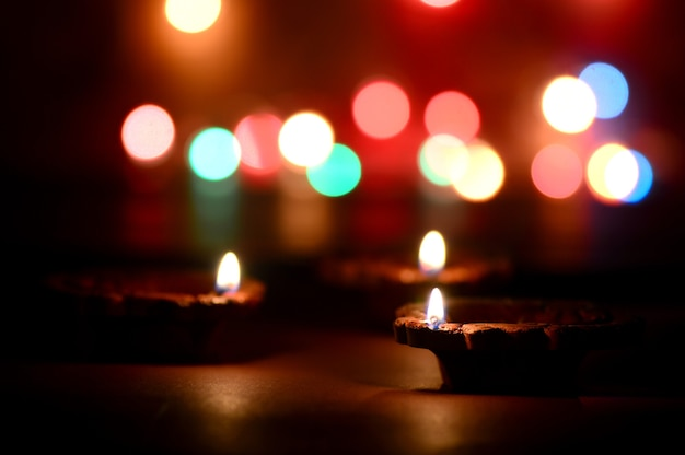 Clay diya lampen aangestoken tijdens diwali-viering. groeten card design indian hindu light festival genaamd diwali