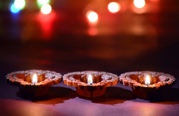 Clay diya-lampen gingen branden tijdens de viering van het indiase hindoeïstische lichtfestival diwali