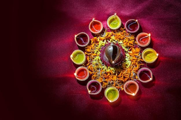 Clay diya-lampen gingen branden tijdens diwali-viering. groeten card design indian hindu light festival genaamd diwali