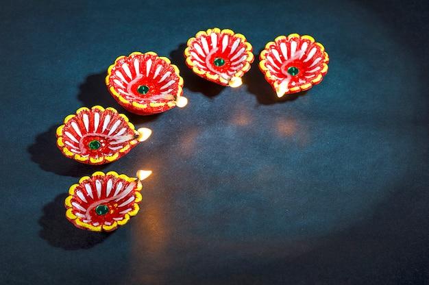 Clay diya lampen verlicht tijdens diwali celebration. groeten card design indian hindu light festival genaamd diwali