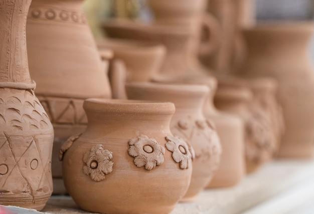 Clay potten op de plank, onscherpe achtergrond. knutselen voor kinderen