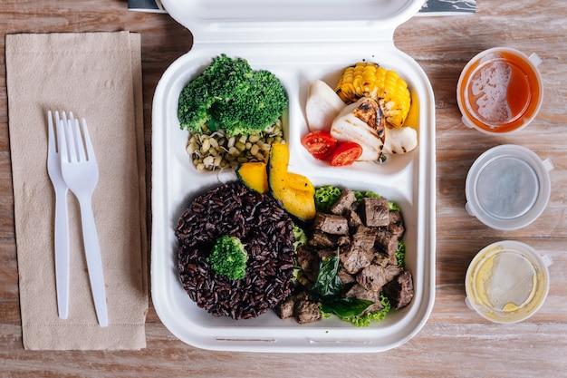 Clean food meal box: blokjes gegrild rundvlees geserveerd met rijstbes, broccoli, taugé.