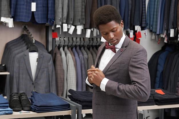 Cliënt van boutiwue-pak, kijkend naar jas.