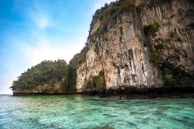 Cliff en de heldere zee