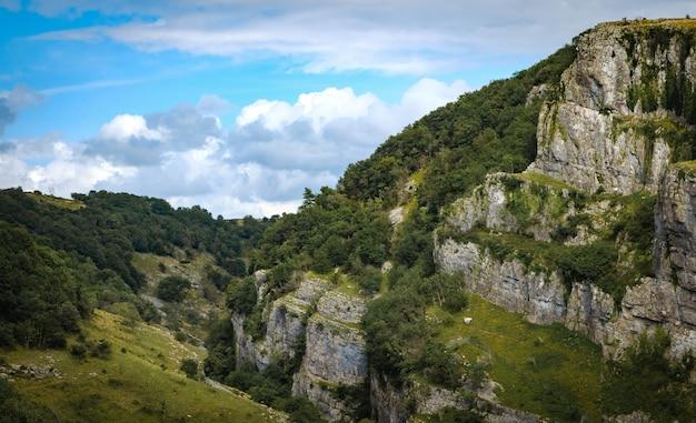Cliffs of cheddar gorge vanuit een hoog standpunt.