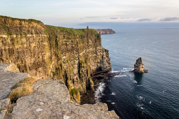 Cliffs of moher in ierland tijdens zonsondergang in de zomer