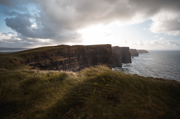 Cliffs of moher met zonneschijn