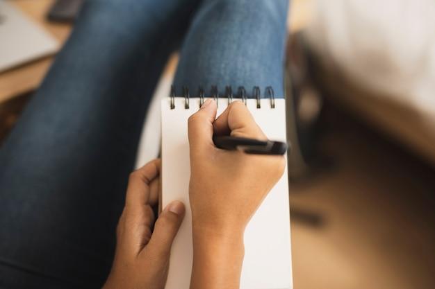 Cloe-up student hand maken van aantekeningen
