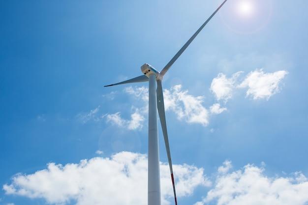 Cloes omhoog de torens van de windturbine op blauwe hemelachtergrond