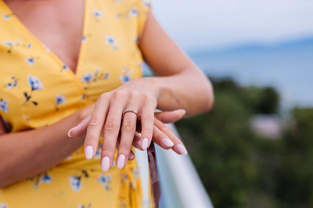 Close shot van dames manicure handen, ring aan vinger dragen.