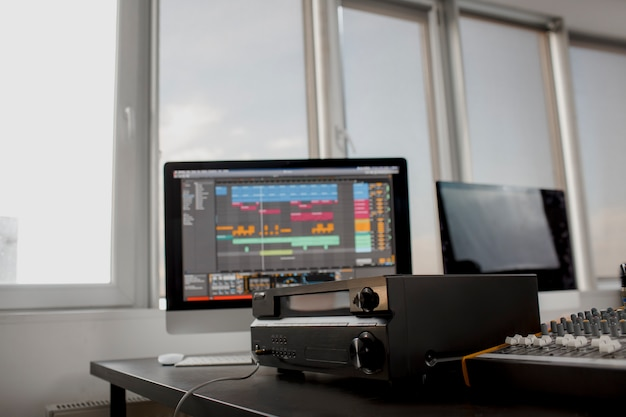 Close sound amplifier connect en audio mixer n opnamestudio. muziekapparatuur