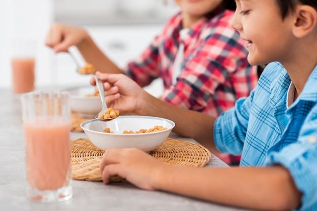 Close-u broers en zussen in de ochtend ontbijten