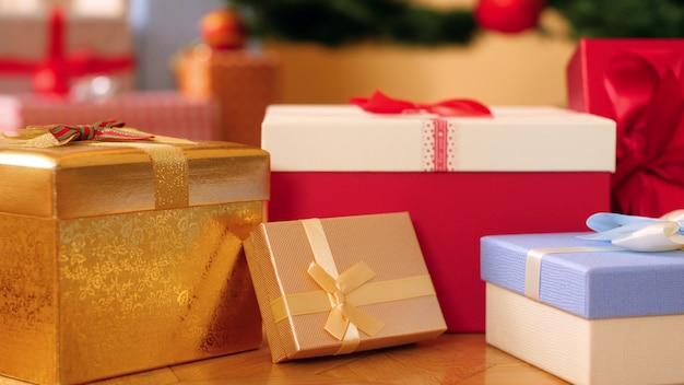 Close-up 4k-beelden van camera die over veel kleurrijke dozen met geschenken en cadeautjes voor kerstmis of nieuwjaar pannen. perfecte foto voor uw wintervakanties en vieringen
