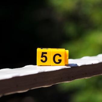 Close-up 5g onverwachte kubussen met onscherpe achtergrond