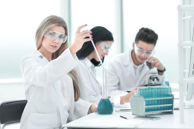 Close up.a team van wetenschappers voert vloeiend onderzoek uit. wetenschap en gezondheid