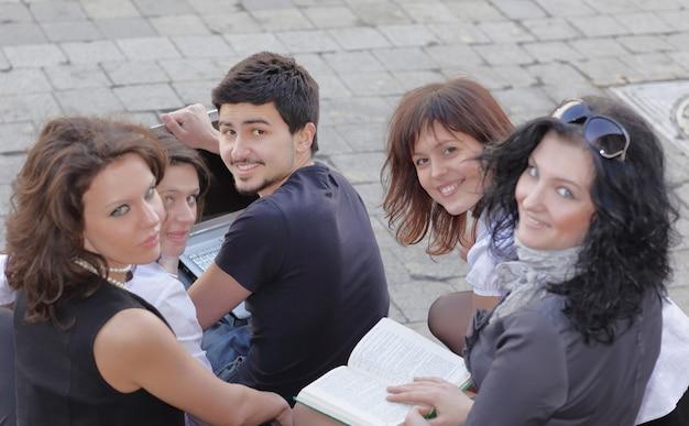 Close-up.achteraanzicht.groep studenten die zich voorbereiden op lezingen met behulp van laptop