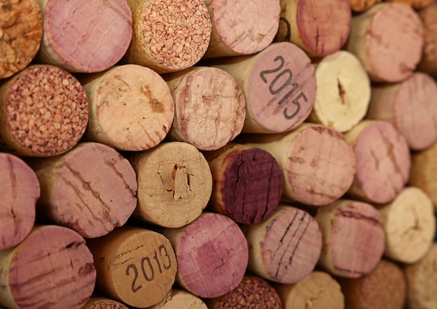 Close-up achtergrondpatroon van vele geassorteerde gestapelde gebruikte rode wijnkurken