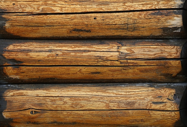Close-up achtergrondstructuur van verweerde rustieke antieke vintage houten logboeken muur, vooraanzicht