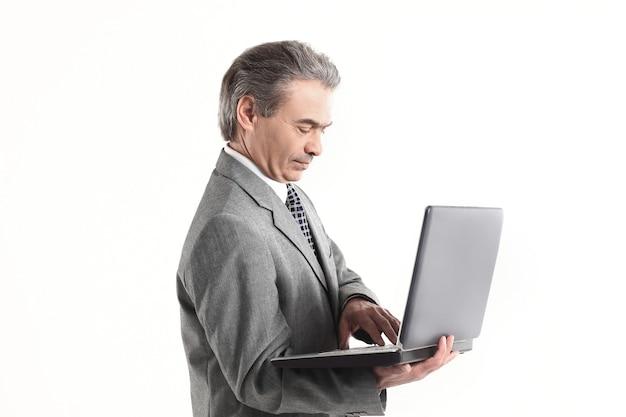 Close up.adult zakenman kijken naar laptop screen.isolated op witte achtergrond