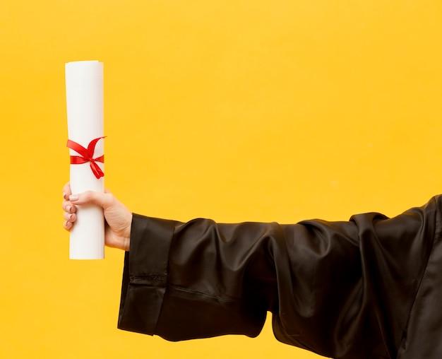 Close-up afgestudeerde student met diploma