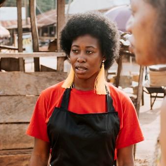 Close-up afrikaanse vrouwen buitenshuis