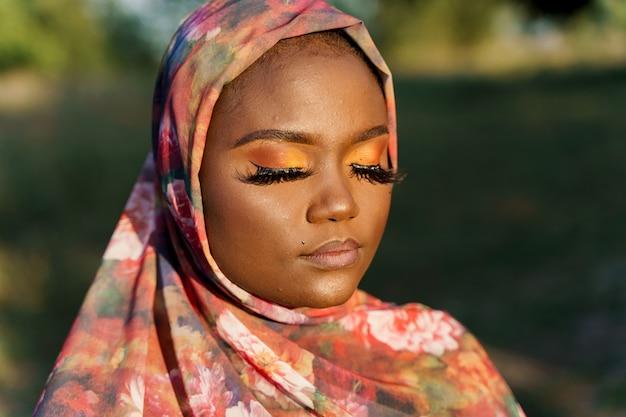 Close-up afrikaanse zwarte vrouw weared in sjaal genaamd hijab