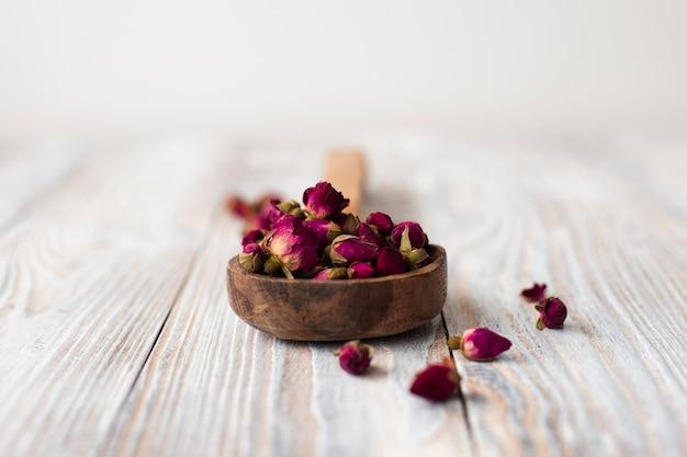 Close-up aromatische minirozen op een lijst