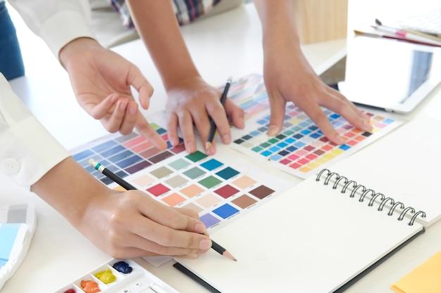 Close-up artist discussiebijeenkomst met kleurplanning project.